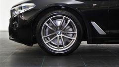 Foto BMW 5 Serie 520i High Executive M Sport | Display Key | Parking + Safety Pack | NL-Auto | Navigatie | Camera | LED | Stuurwiel Verwarmd | Park. Assist | Dodehoek Detectie | Leder | Elek. Geheugenstoelen | Rijklaarprijs! (21319155-6.jpg)
